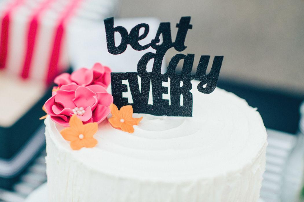 Beispiel: Hochzeitstorte Creme mit Zuckerblüten und Caketopper, Foto: Kreativ Wedding Fotografie