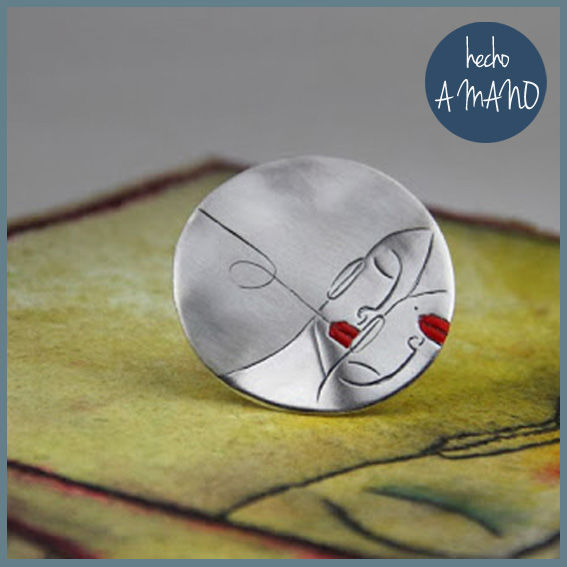 Anillo PAREJA con forma redonda de plata de ley y esmaltado en color rojo, tiene grabado un dibujo de una pareja de enamorados