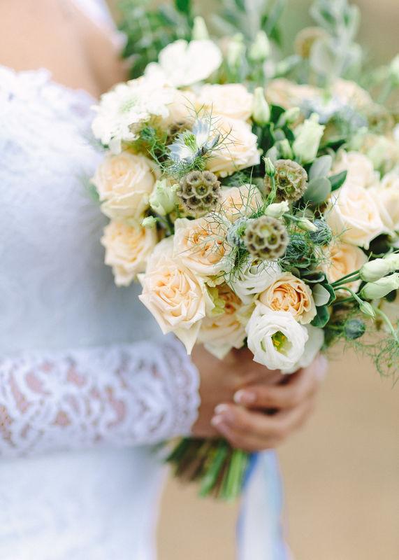 Букет невесты из кустовых розочек, лизиантуса, скабиозы и зелени  Флорист Рина Озерова